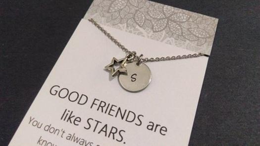 Bisakah Memberikan Kalung Inisial Pada Sahabat Sebagai Hadiah?