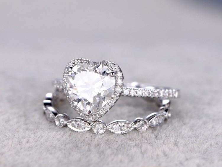 Cincin Berlian Lambang Keabadian