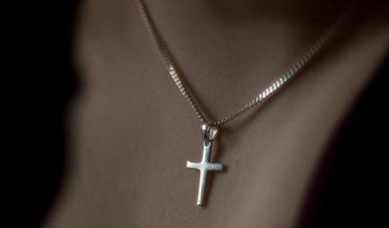Mengenakan Kalung Salib Sebagai Identitas Dengan Fungsi Estetika