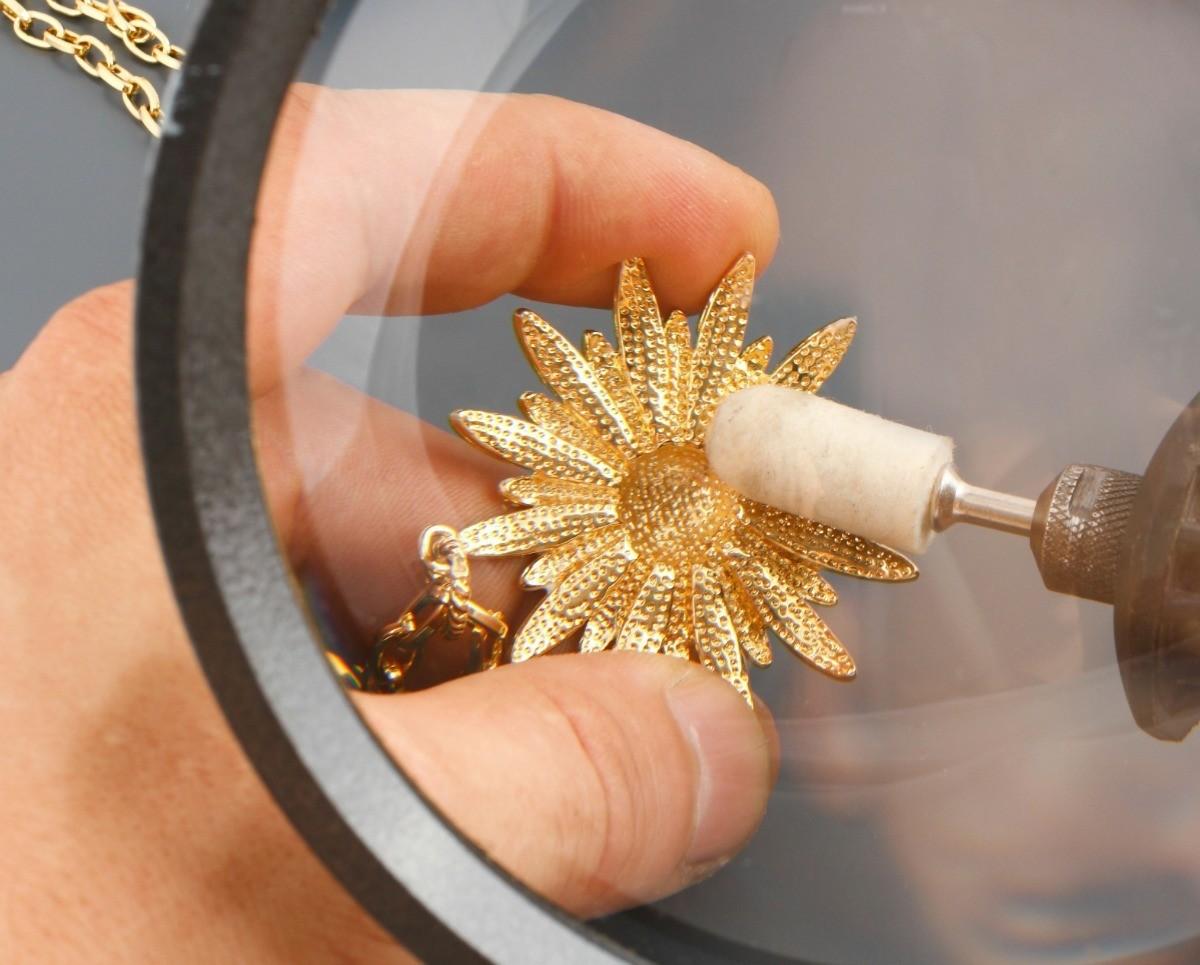 Trick Untuk Membersihkan Liontin Salib dengan Detail Kompleks